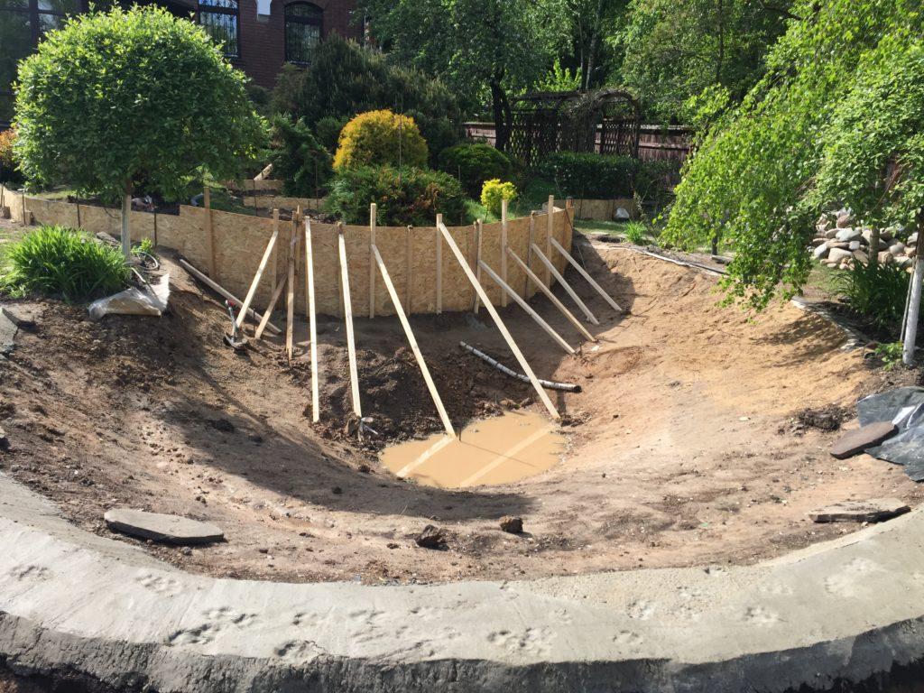 начальный этап строительства пруда с фонтаном