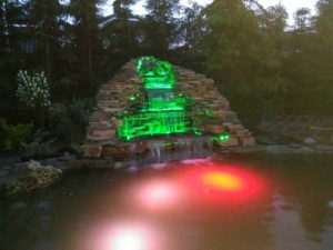 пруд с водопапом и подсветкой