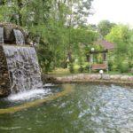строительство водоема с водопадом